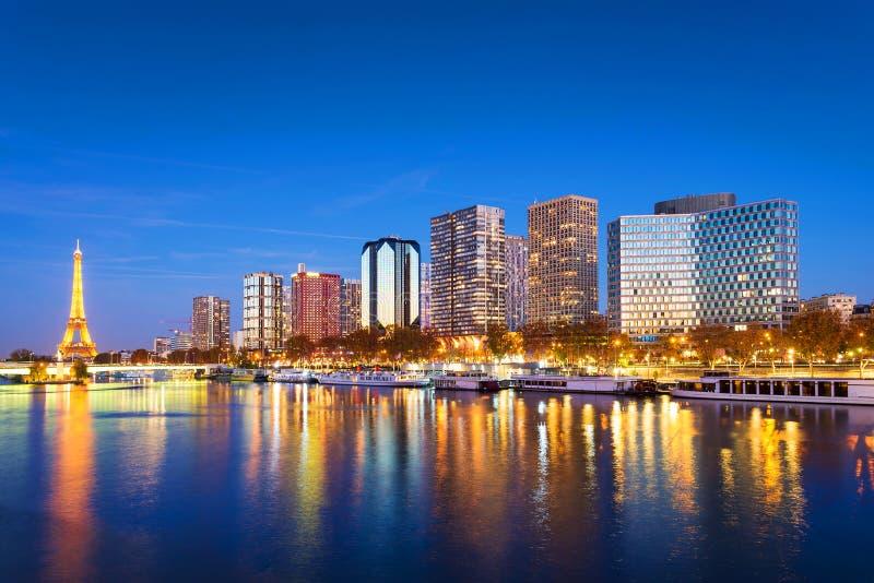 巴黎地平线、埃佛尔铁塔和大厦在夜,反射之前在塞纳河 免版税库存图片