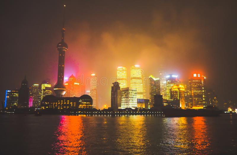 地平线从障壁江边的夜视图浦东地标上海的企业标志的 库存照片