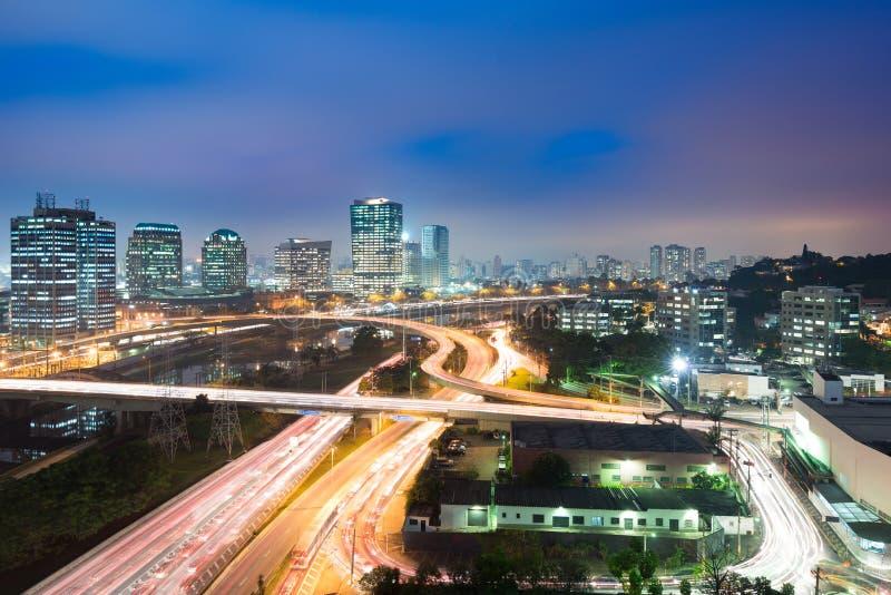 地平线和交通在高速公路在晚上,圣保罗,巴西 免版税库存照片