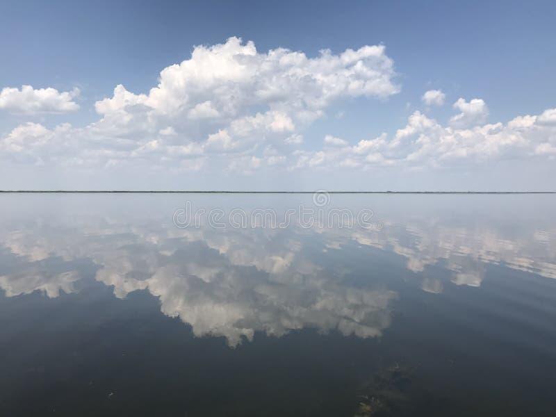 地平线用云彩和水 免版税库存图片