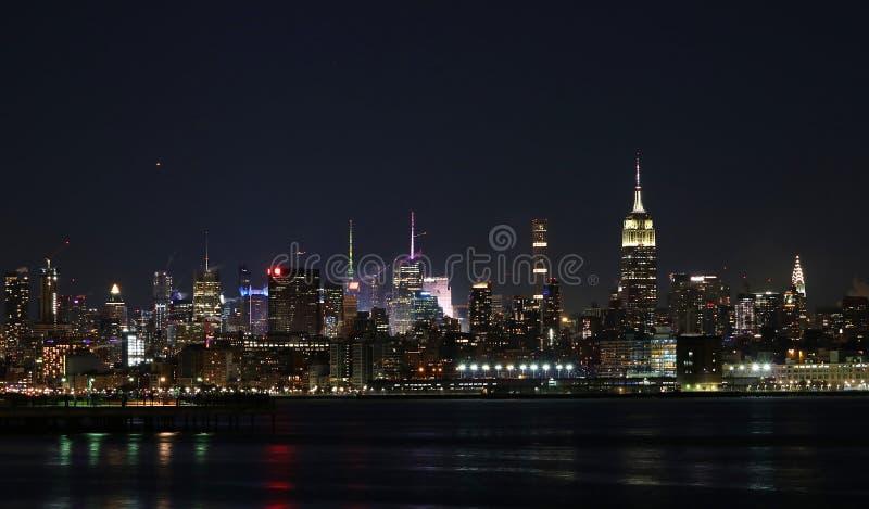 地平线纽约在夜颜色和光之前 免版税库存照片