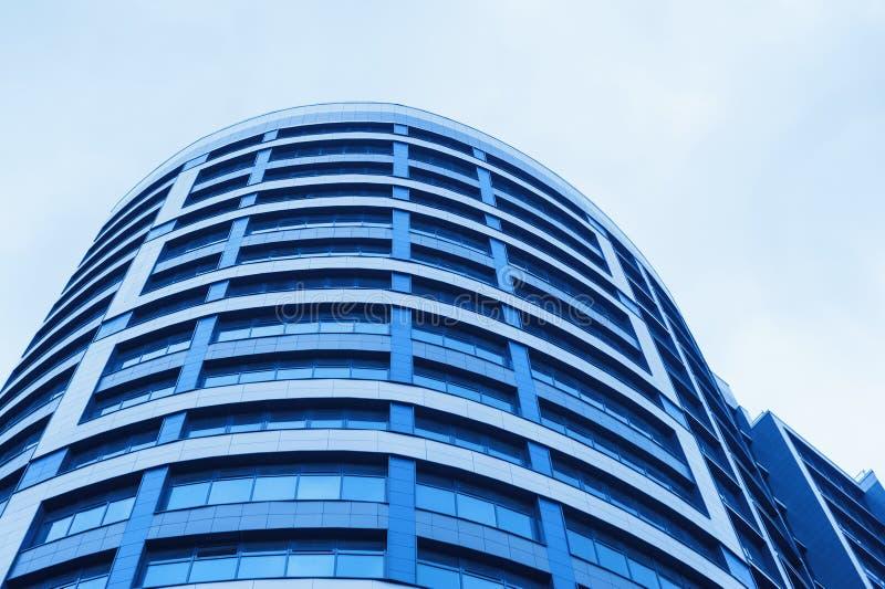 地平线背景的蓝色玻璃办公楼摩天大楼  免版税图库摄影