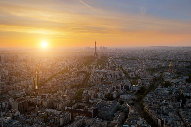 巴黎地平线鸟瞰图与艾菲尔铁塔的日落的在Pari 免版税库存图片
