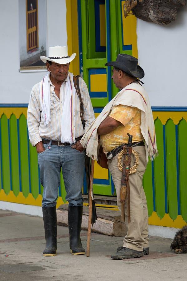 地方农夫谈话在街道上 免版税库存照片