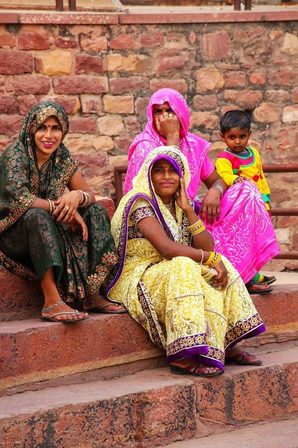 地方妇女坐在Jama Masjid之外的步在Fatehpur 免版税图库摄影