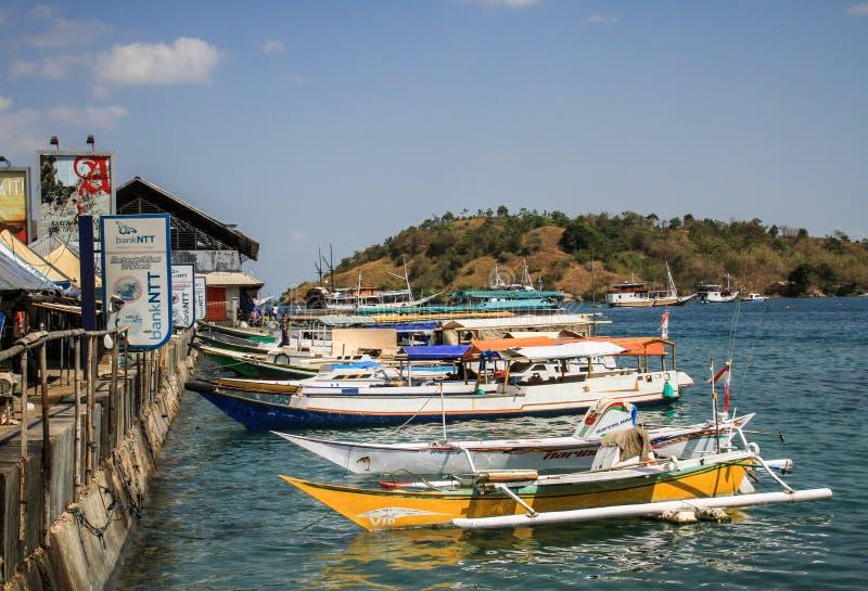 地方小船和运输在纳闽Bajo在一个光荣,努沙登加拉群岛,弗洛勒斯海岛,印度尼西亚咆哮 免版税库存照片
