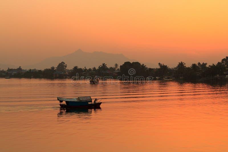 地方小船日落 婆罗洲,沙捞越,马来西亚 免版税图库摄影