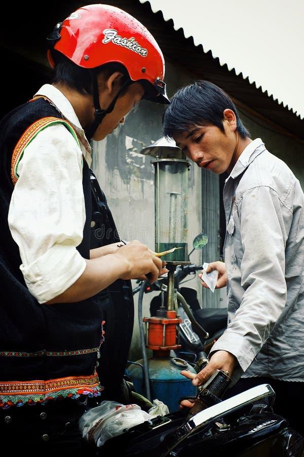 地方汽油加油站的年轻人在他们的村庄市场上高在山 免版税库存照片