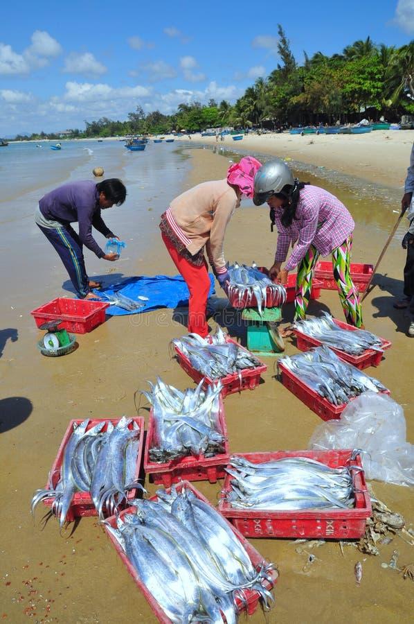 地方渔夫卖他们的鱼对本机,并且Lagi的游人靠岸 免版税库存图片