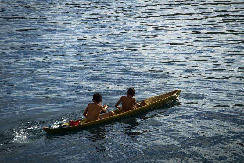 地方渔夫年轻男孩在小传统明轮船使用 图库摄影