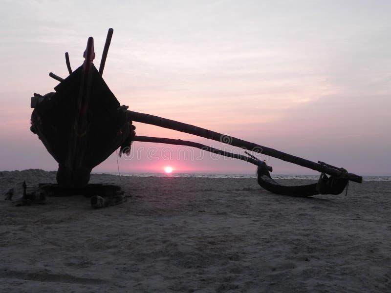 地方渔船,在日落 南果阿,印度 库存照片