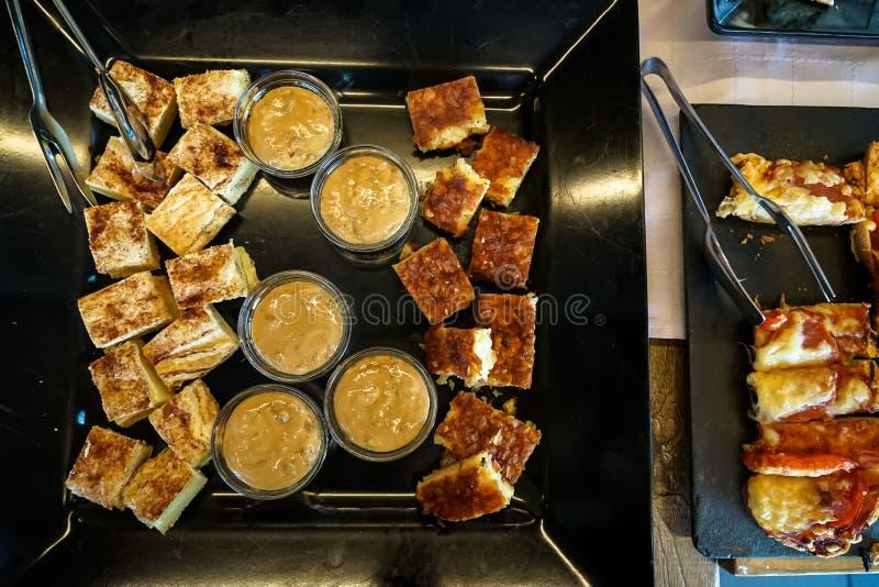 地方甜冷菜盘用在希腊早餐自助餐桌上的可口调味汁 免版税库存图片