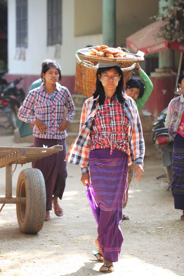 地方缅甸语是在早晨新鲜市场上在Bagan 免版税库存照片