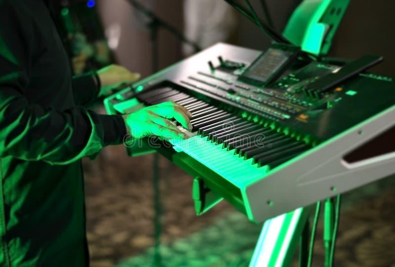 地方节日的摇滚乐队歌手 图库摄影