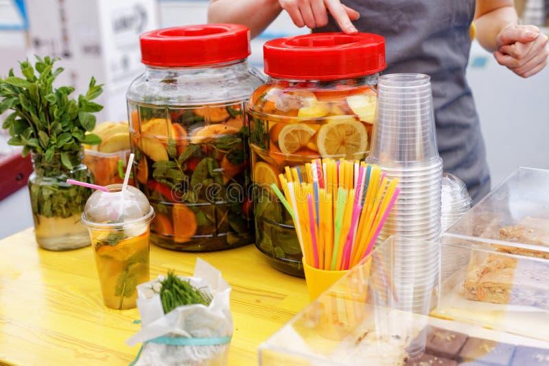 地方食物节日 大瓶新鲜的柠檬水和果子 库存图片