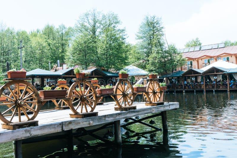 地方餐馆在一个传统风格的马其顿与在疆土的很多有趣和传统装饰在湖 免版税库存照片