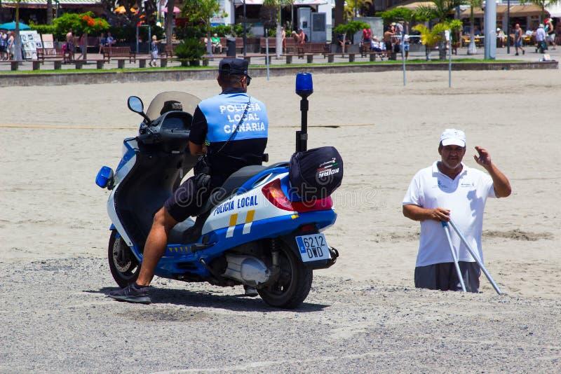地方Canarian警察在Teneriffe需要时间聊天与Los的Cristianos一个年长平民人 库存照片