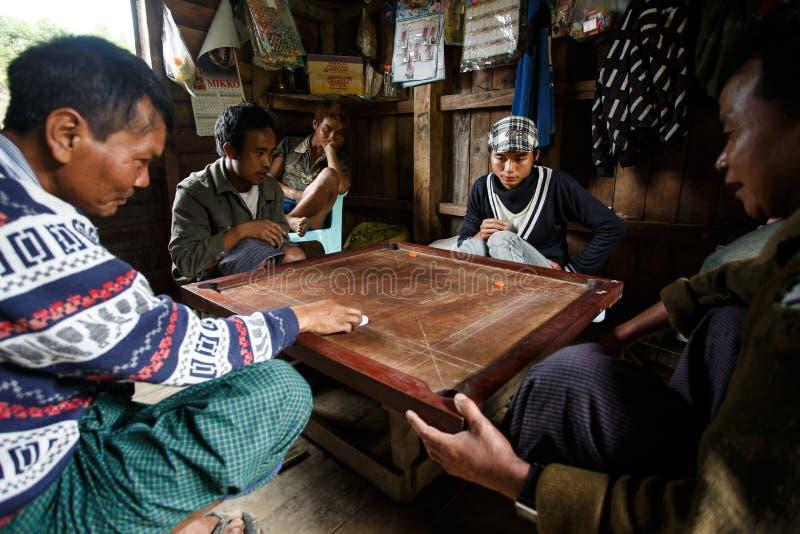 地方Carrom的比赛在钦邦,缅甸 免版税库存照片