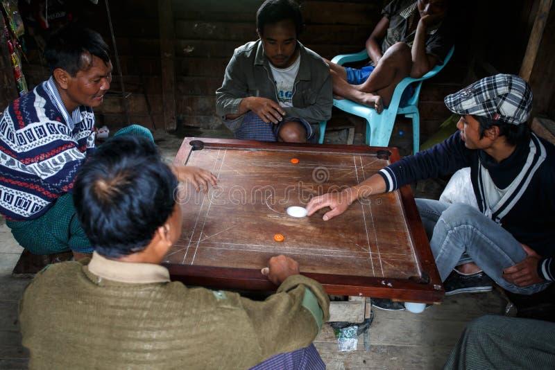 地方Carrom的比赛在钦邦,缅甸 免版税库存图片