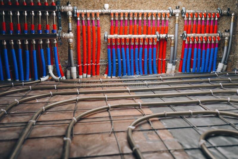 地板下面的暖气管子收藏家  图库摄影
