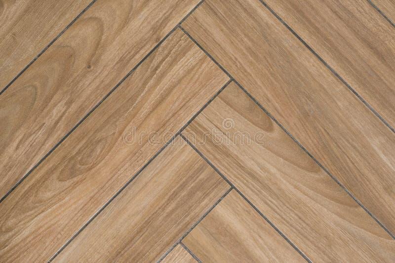 地板橡木纹理与仿效硬木地板的瓦片的 传统人字形样式 库存图片