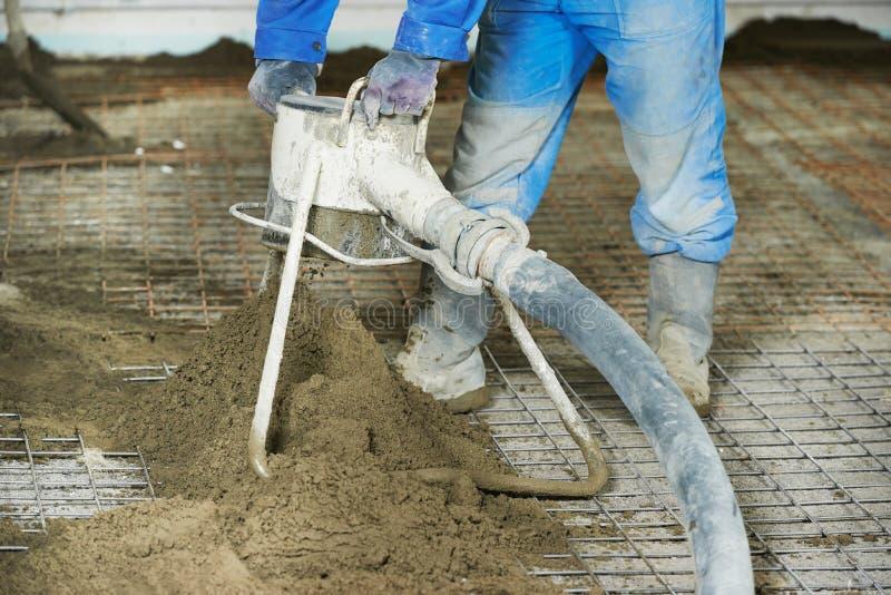地板涂灰泥工作的水泥覆盖物 免版税库存图片