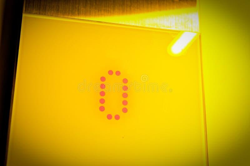 地板的电梯显示与第0的在黄色光学 库存照片