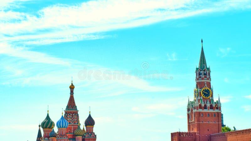 地标照片在莫斯科圣蓬蒿` s大教堂和克里姆林宫在红场的尖沙咀钟楼里 库存照片