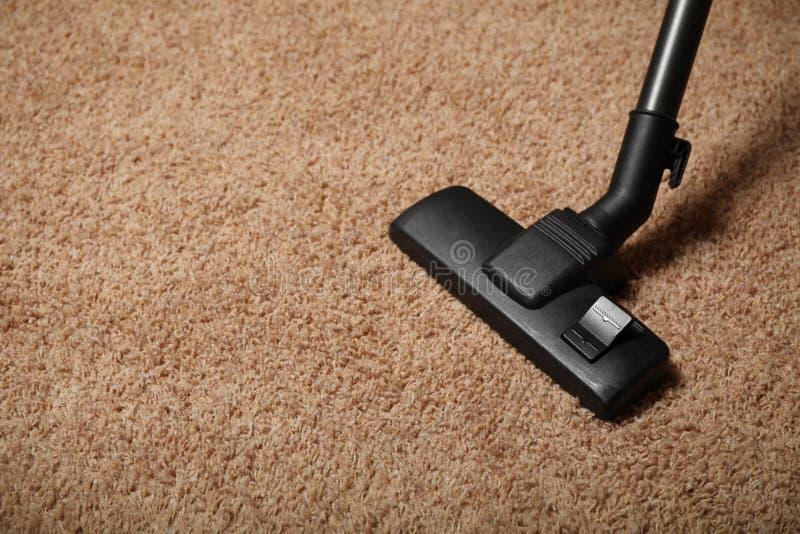 地毯和吸尘器 公寓清洁 库存照片