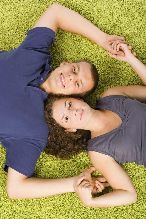 地毯夫妇绿色年轻人 免版税库存图片