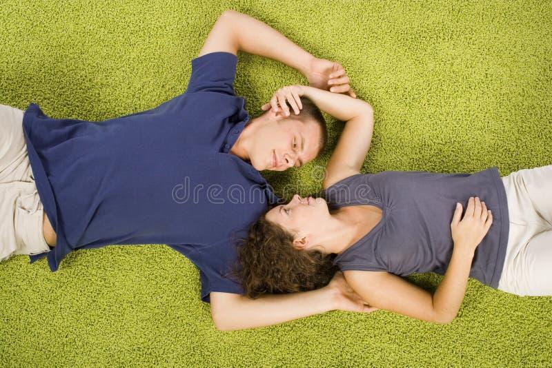 地毯夫妇绿色年轻人 库存图片