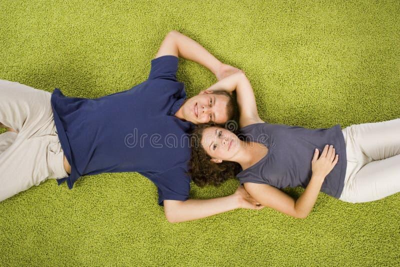 地毯夫妇绿色年轻人 图库摄影