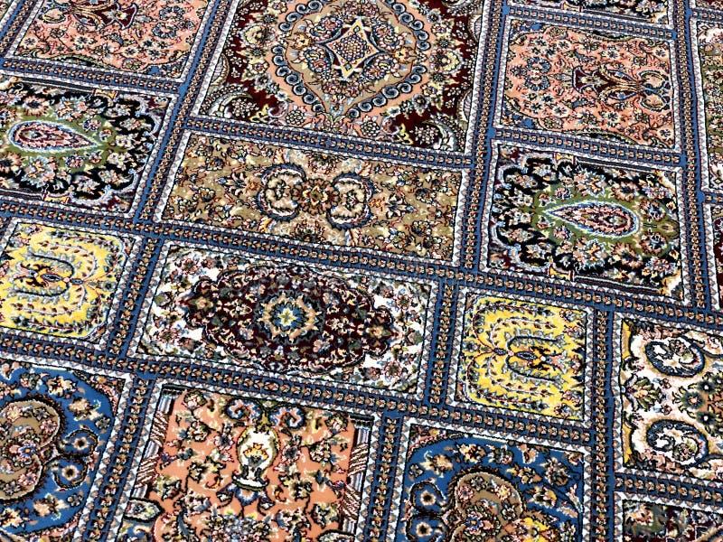 地毯用手编织与五颜六色的样式的美好的坚苦工作和很多小 免版税库存照片
