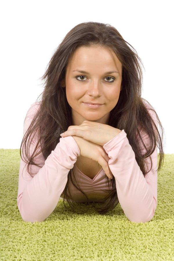 地毯绿色位于的妇女年轻人 免版税库存图片