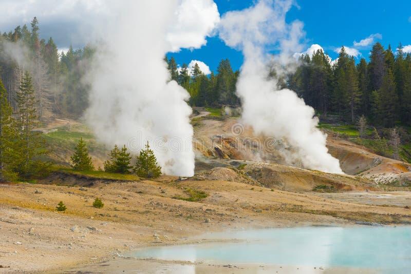 地热水池和蒸汽出气孔 免版税库存照片
