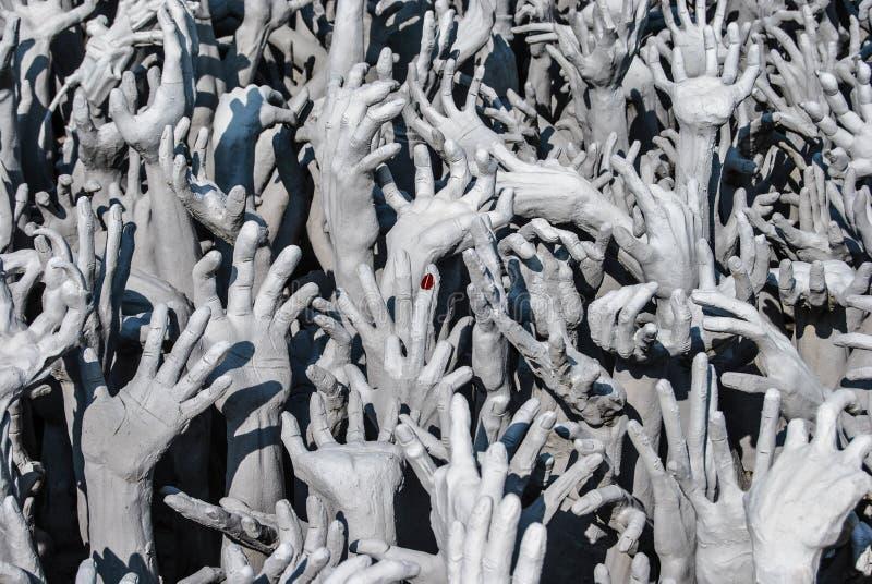 从地狱的手雕象在Wat Rong Khun Wat荣Khun是接近清莱的一个白色寺庙 免版税库存图片