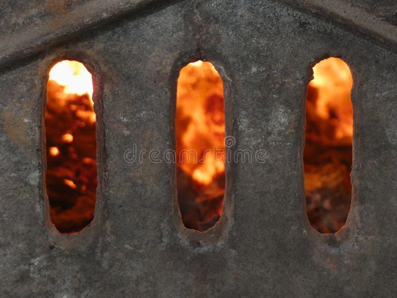 地狱门-铺磁砖的火炉壁炉  库存照片