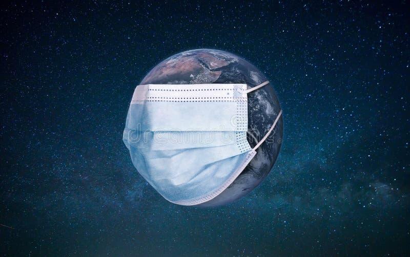 地球上戴着防护医用面具 流行病概念 感染的危险 医用面具和冠状病毒防护 库存照片