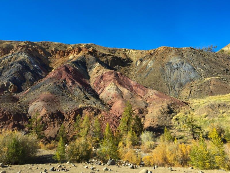 地球上的火星的岩石风景 克孜勒奇恩角或阿尔泰火星红色岩石山 二者择一地 俄国 免版税库存照片
