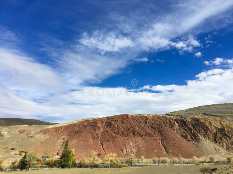 地球上的火星的风景 克孜勒奇恩角或阿尔泰火星红色岩石山 二者择一地 俄国 免版税图库摄影