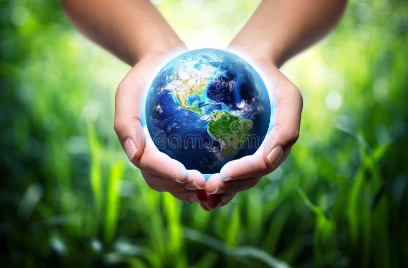 地球在手上-环境概念 免版税库存图片