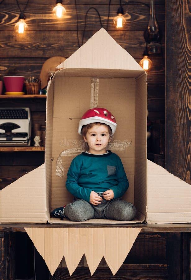 地球日概念 旅行和冒险 教育和孩子想法发展 计划他自己开始  小男孩戏剧 免版税库存照片
