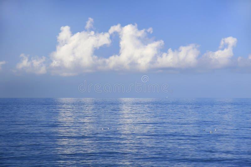 地球日爱心脏云彩 库存图片