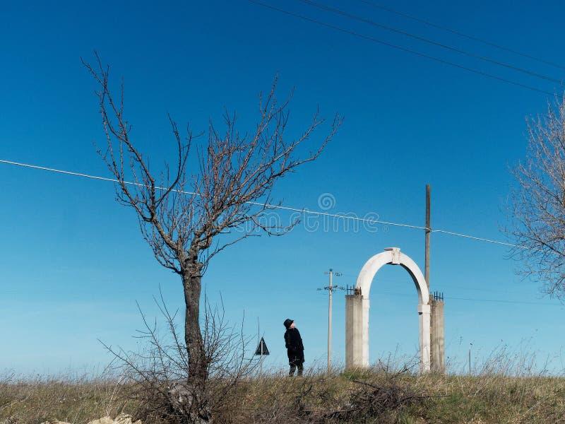 地球,树,一个人,并且大厦曾经的地方 图库摄影