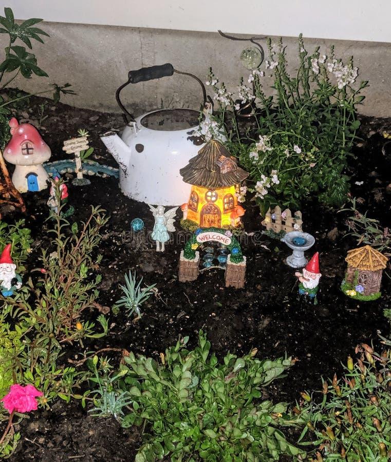 地精和神仙的庭院在晚上 免版税库存照片