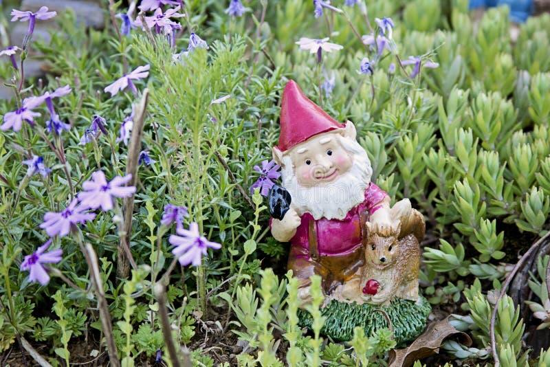 地精小雕象在庭院里 免版税库存图片
