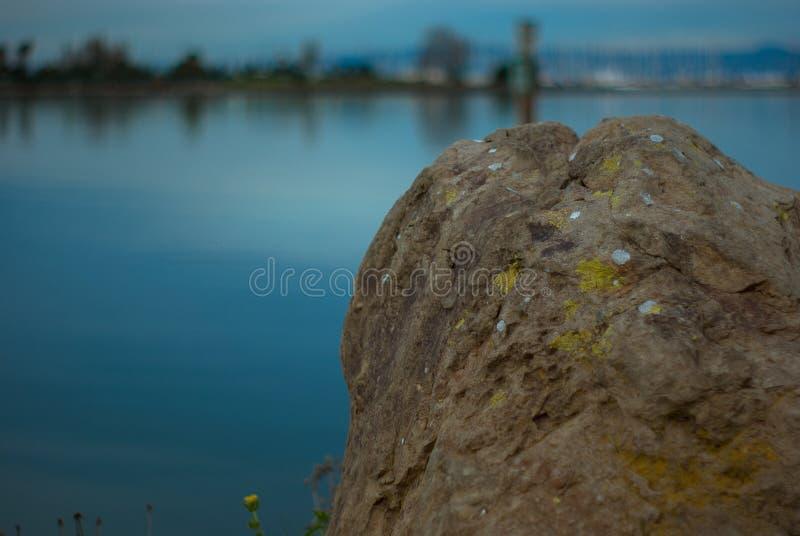地衣隐蔽的巨石城俯视的海湾 免版税库存照片