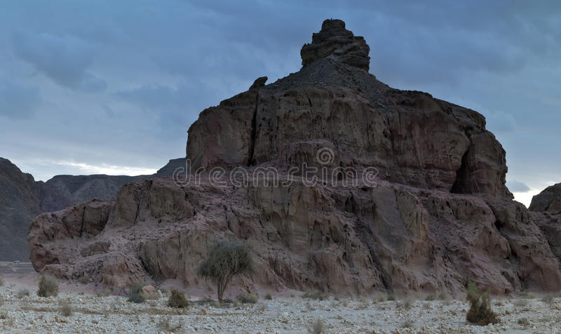 地质公园向timna扔石头 免版税库存图片