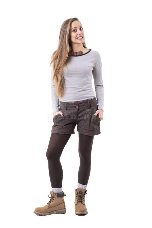 地道中间人衣裳的获得凉快的滑稽的逗人喜爱的行家的女孩做鬼脸和乐趣 免版税库存图片