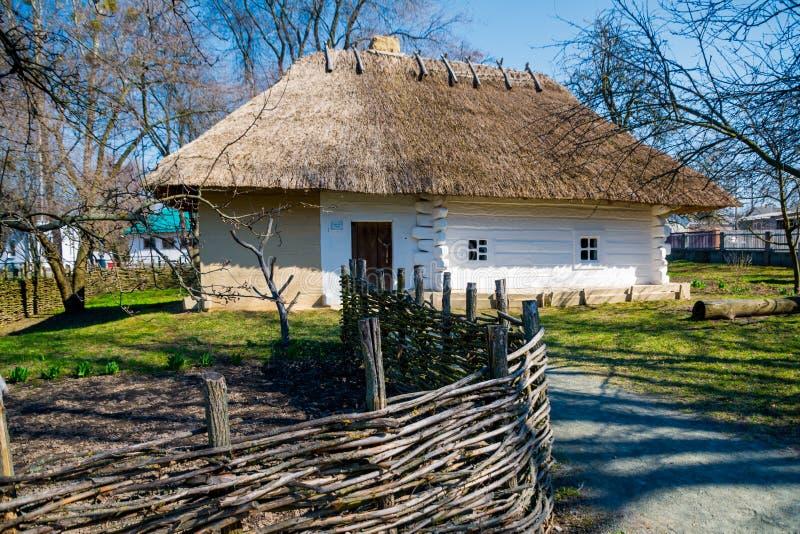 地道乌克兰村庄房子 免版税图库摄影